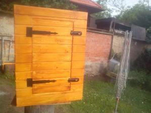 Konečne mám dvere natreté a namontované pánty a zatváranie. :o)