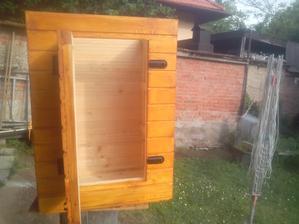 Z vonkajšej strany natreté pre ochranu proti poveternostným vplyvom a vo vnútri prírodné drevo. :o)