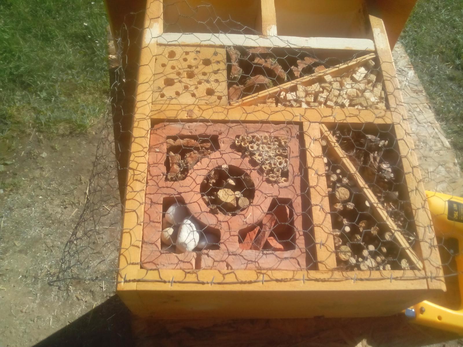 Ešte raz niečo zo zbytkov dreva - Ešte som doplnil riečne kamienky a pripevnil pletivo na prednú stranu....