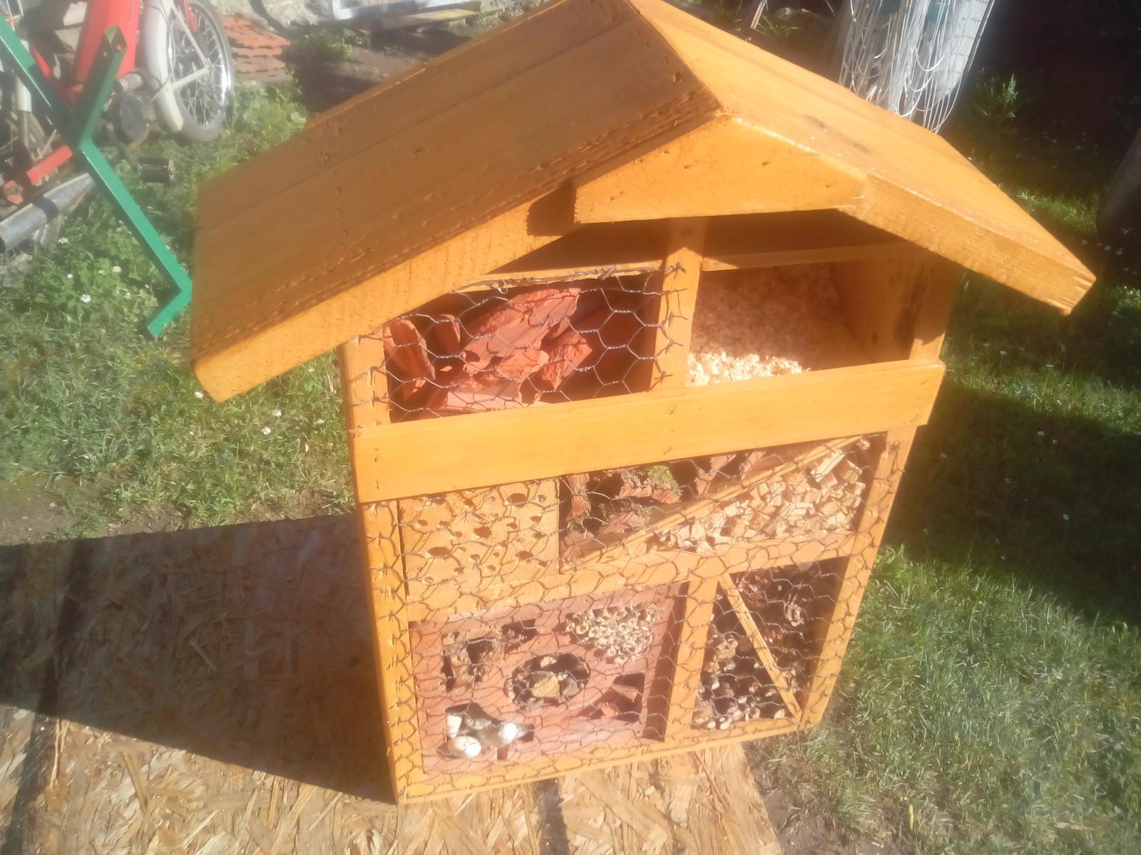 Ešte raz niečo zo zbytkov dreva - ... hore som doložil úlomky tehál a tiež pripevnil pletivo a domček pre hmyz mám tiež hotový. :o)