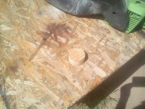 Zo starej dosky som vyrezal okrúhlu zátku približných rozmerov nechceného otvoru.