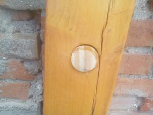 Zátka natretá lepidlom a zarazená kladivom až na doraz do otvoru.