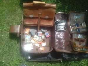 Vzadu taška z pravej bravčovej kože, rovnako ako aj tie kazety na kozmetiku. Tašku som nosil s hrdosťou ešte ja do školy, tá je po mojom otcovi, od ktorého som ju horko-ťažko vymodlikal. A kopec kancelárskych potrieb.