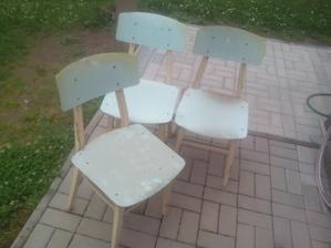 """Aj tri ušmudlané, prachom obsadané """"retro"""" stoličky som tam objavil."""