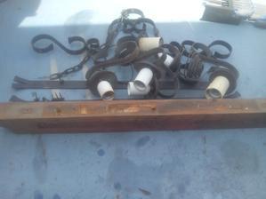 Najprv som ho rozobral - oddelil drevo od kovových častí a demontovanie káblov.