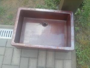 Po umytí vyzerá celkom dobre a ešte neviem, či bude z neho umývadlo, alebo nádoba na kvetiny. Je to také ťažké, kameninové umývadlo, ako sme mali na ZDŠ-ke v chemickom labáku. Ťažké že som ho ledva naložil. :o)