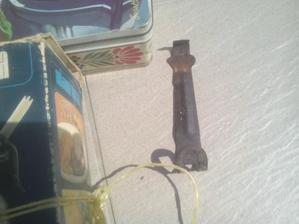 Pozná toto niekto???? To bolo zavesené pri sporáku a tým sa odťahovali z plameňa kovové platne, spod hrncov, keď boli ešte horúce. :o)