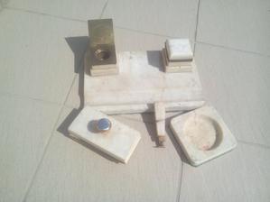 Tento ťažký mramorový kalamár mal tiež otec položený na svojom pracovnom stole. Aj s pečatidlom, ktoré bolo žiaľ zlomené a otec ho neodborne zlepil epoxydom. :o(