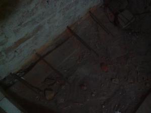 Roxory v stene na jednej strane.