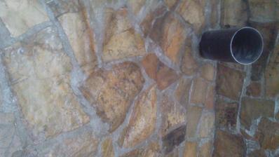 Lameň vyšpárovaný, natretý lakom, osadená rúra do komína.