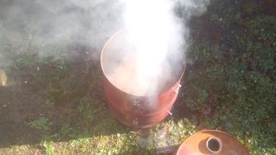 Po položení strednej časti som na rošt položil dve bukové polienka a zasypal tromi lopatkami (uhlové lopatky k sporáku) bukových pilín. Počkal som pokiaľ sa začne tvoriť dym.