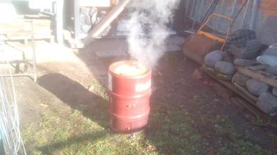 Už to dymí trištvrte hodiny. Sám som zvedavý, ako dlho to vydrží a ako často bude treba dokladať piliny. :o)