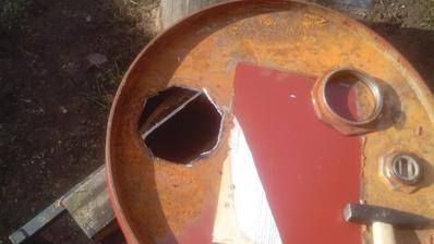 Na hrubo vyrezaný otvor, ktorý bude treba ešte opracovať tak, aby do neho pasovala komínová kapsula.