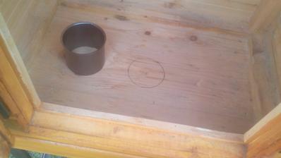 Do dna údiarne potrebukem tiež vyrezať rovnako veľký otvor, do ktorého sa vloží tiež kapsula, do ktorej sa na koniec vloží koleno komínovej rúry.