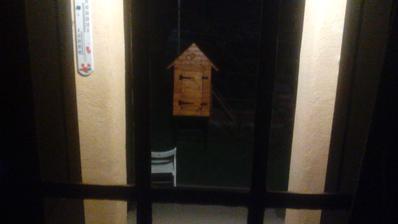 Rozmazaná fotka, ale takto som umiestnil údiareň na dvore, aby som ju mal na dohľad cez kuchynské dvere. :o)