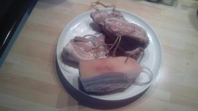 Dnes ráno som na slaninu uviazal špagáty na zavesenie...