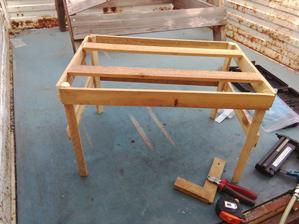 Suseda sa pýtala, či robím stolček? Je to konštrukcia prístrešku, na ktorý sa natiahne a pripevní nepremokavá plachta.