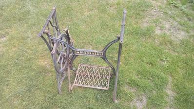 U susedy na záhrade sa povaľovala spodná časť zo šijacieho stroja Singer.