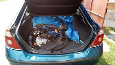Vo štvrtok 3.8.2018 mi zatelefonoval známy z At, že v kontajneri je vyhodený starý bicykel, že či nemám o neho záujem. Samozrejme, že som mal a hneď som frčal do Atá