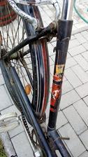 """Je obdivuhodné, ako sa v tých časoch dokázali vyhrať na """"obyčajnom"""" bicykli určenom na každodenné používanie s takýmito ozdobnými detailami."""
