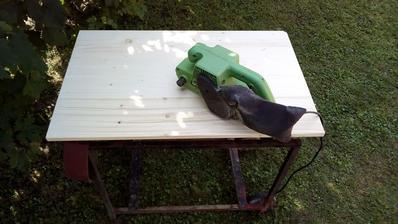 Smreková doska 80 x 50 cm kúpená v OBI. Bol problém vybrať takú, ktorá by nebola skrútená, alebo prehnutá.