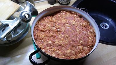 Je 23,00 a ja mám konečne pomleté mäso. Teraz som ho dal ešte do chladničky a zajtra ráno ho budem plniť do čriev.