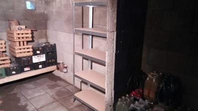 Po hodine skladania (a to naozaj nemám dve ruky ľavé) som konečne zložil a postavil na miesto jeden regál. Na tej stene budú celkovo tri vedľa seba.