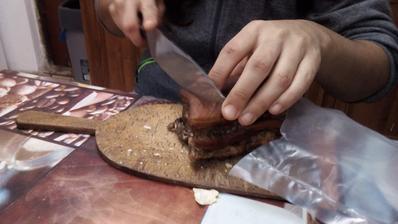 Ešte by to chcelo nôž, ktorý aspoň trochu reža a obrátiť slaninu opačne - kožou dole. :o)