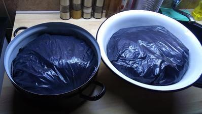 """Spravil som takéto dva """"bochníky"""" a šupol ich do pivnice. Je tam ideálna teplota 3,7°C. Do zajtra do večera si trochu oddýchnu a potom ich budem plniť do čriev."""