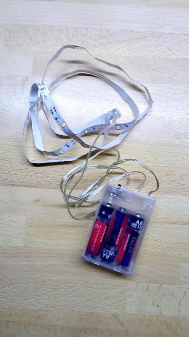 Doma som mal 1m dlhý LED pásik napájaný tromi 1,5V AA batériami, kupovaný v Pepco za 1,90€. Má rovnako 1m dlhý prívodný káblik.