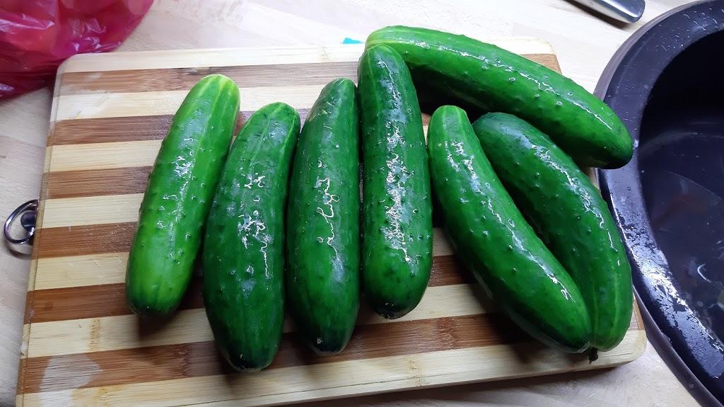 Farby jesene - Dve kilá uhoriek, z ktorých odrežem konce, ak by náhodou boli horké, aby nepokazili chuť čalamády.