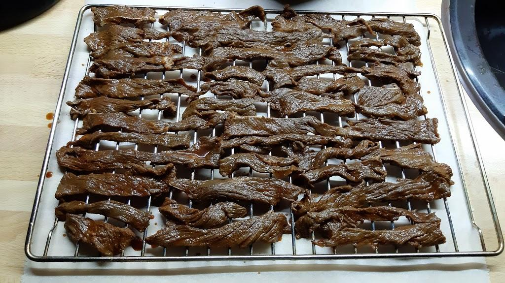 Sušené hovädzie mäso - Toto je trochu viac, ako polovica mäsa, čo bola naložená v páci. Takto pripravené mäso vložím do rúry a pri teplote 80°C suším tri hodiny.