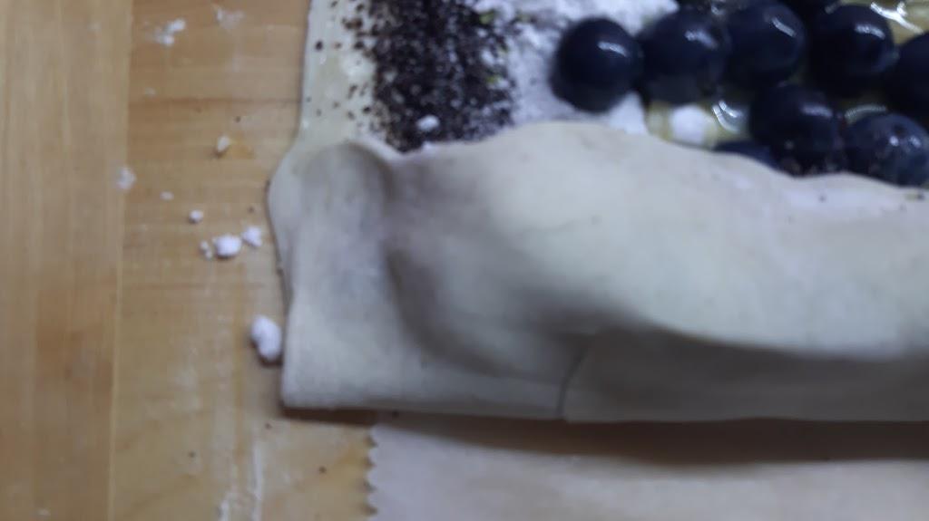 Makovo-hroznová štrúdľa - Pri rolovaní cesta okraje zatláčať, aby sa nesypal mak s cukrom von a nevytekalo vajíčko.
