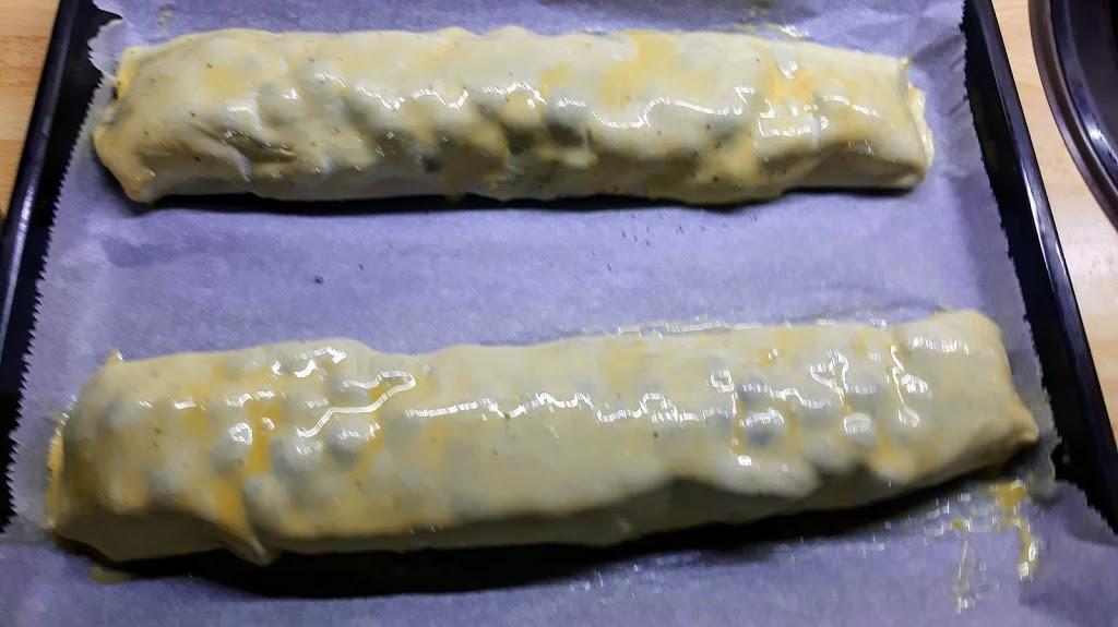 Makovo-hroznová štrúdľa - Nakoniec potriem na povrchu žĺtkom s roztopeným maslom a šup s ním do rúry vyhriatej na 180°C. Už by mohlo byť upečené, idem pozrieť ako to dopadlo. :o)