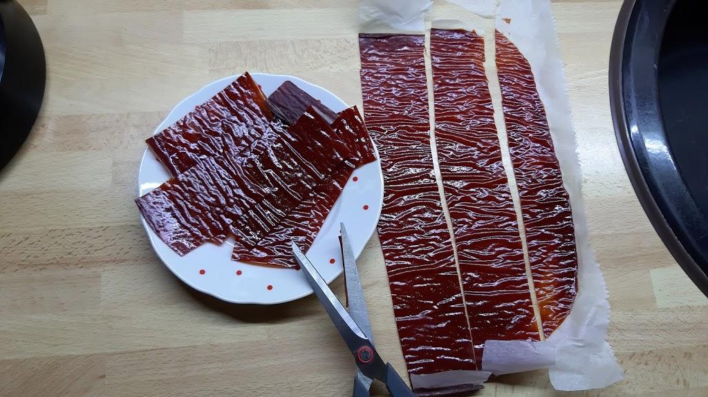 Sušený kečup - Nožom sa krája veľmi zle, preto som ho nastrihal aj s papierom na pečenie na asi 3cm široké a 6cm dlhé kúsky. Papier nechať na spodnej časti, aby sa pri skladovaní o seba neprilepili.