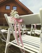 Bílá dřevěná židle,
