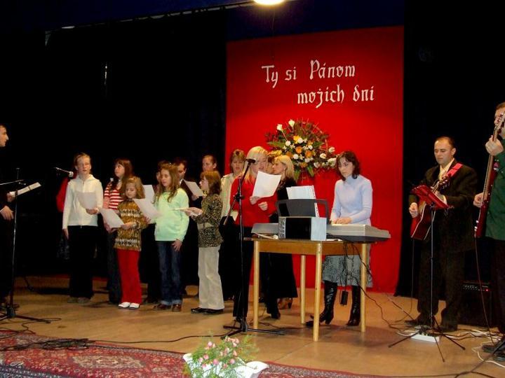 O COM SNIVAM :-) - moj zbor mi bude spievat v kostole. Ta v cervenom svetri som ja :-D Ak by mal niekto podobny zaujem, napiste mi, mozme sa dohodnut ak si z vychodu
