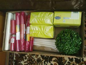 biele organzy, cyklámenové, hrubé zelené servítky, biele sviečky do veľkých svietnikov a zelené gule na ozdobné stojany