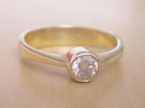 Toto je môj nádherný briliantový prsteň, s ktorým ma požiadal o ruku, s týmto sa to začalo