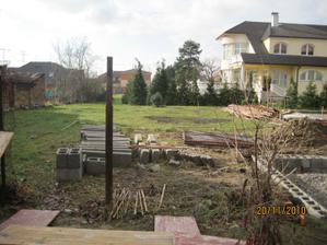 Soused odstranil provizorní plot a staví základy na plot do ulice