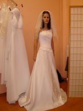 ... a těmahle... byla jsem zatím jen ve dvou salonech, ale už teď mám problém, všechny šaty jsou krásné!!!!!