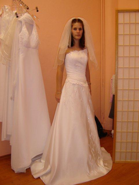 21.7.2006 v Libeňském zámečku - ... a těmahle... byla jsem zatím jen ve dvou salonech, ale už teď mám problém, všechny šaty jsou krásné!!!!!