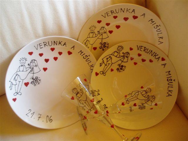 21.7.2006 v Libeňském zámečku - tyhle super talířky a skleničky mi dělala kámoška, je děsně šikovná, hrozně moc se mi to líbí, ale přítel o tom nevím, je to překvapení!!!!