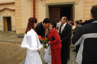 gratuluce před kostelem..
