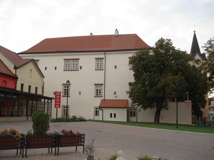 Chvalská tvrz - Pohled na Chvalskou tvrz a kousek Sezony.