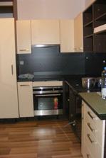 Kuchyň, kde jsme to trochu přepískli s tmavou ... tedy muž, já chtěla pracovní desku a desku za linku světlejší :-)