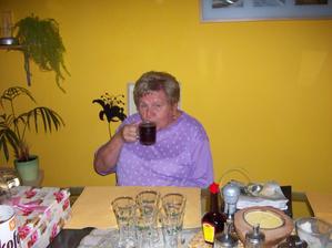 babička je učesaná a vychutnává si kávičku :-)