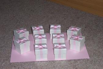 Krabicky na stul, bude v nich neco na  zub :-)