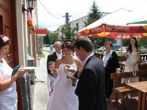 čekala nás převlečená manželova teta jako hosteska :))