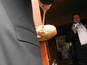 manžílek musel rozpůlit chleba..vařečkou :)) a jak mu to šlo!! :)